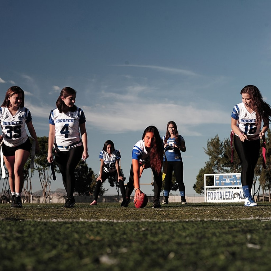 Alumnas practicando flag football