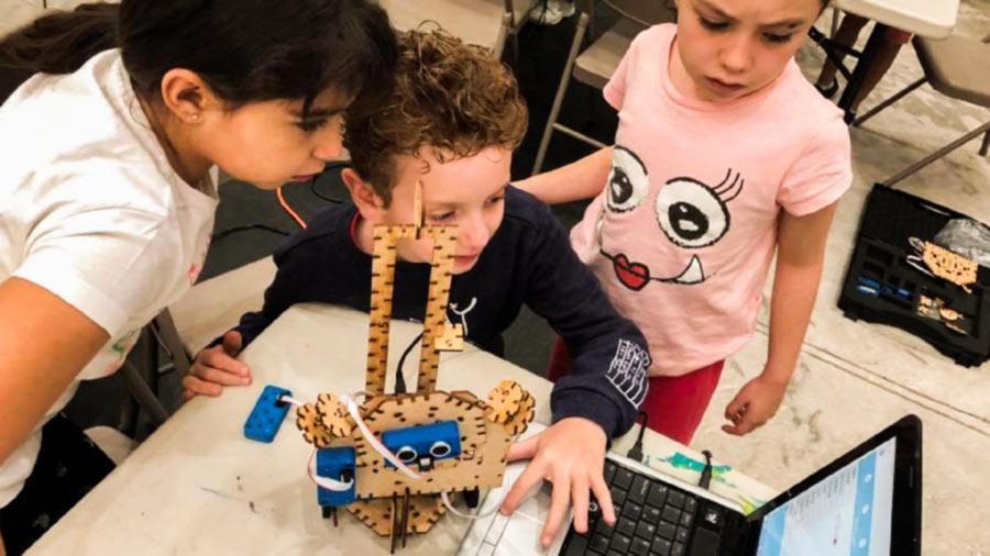 Niños con robot