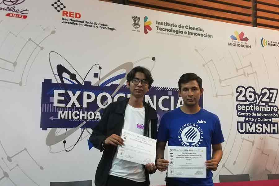 Los creadores de la aplicación móvil Hello World en la expo ciencias en Michoacán