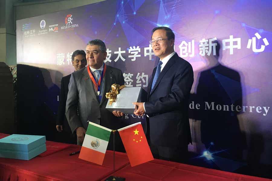 José Antonio Fernández, presidente del Consejo del Tec, en la visita a China