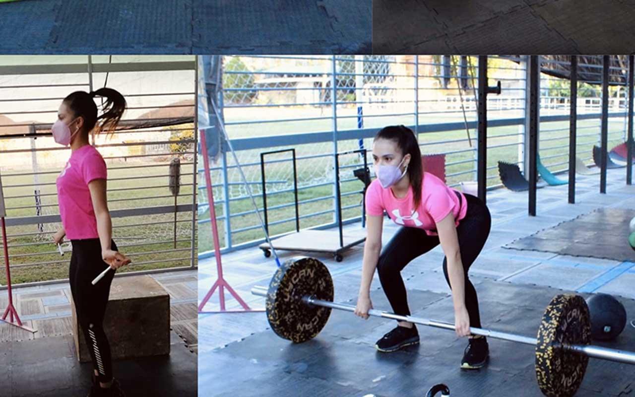 Alumna de la PrepaTec Querétaro haciendo ejercicio en casa