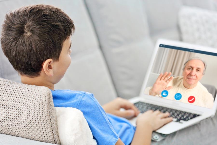 Usa la tecnología para mantenerse conectados con sus seres queridos.