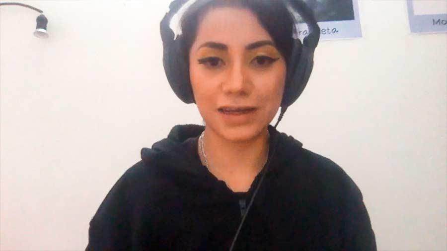 Profesora Diana Urzquiza en videollamada