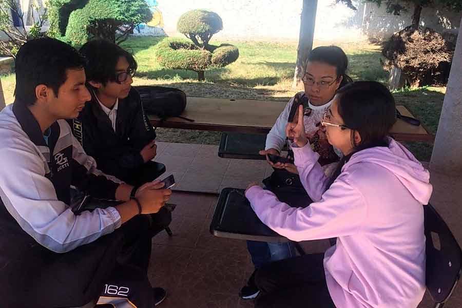 Personas con discapacidad auditiva probando la aplicación móvil Hello World