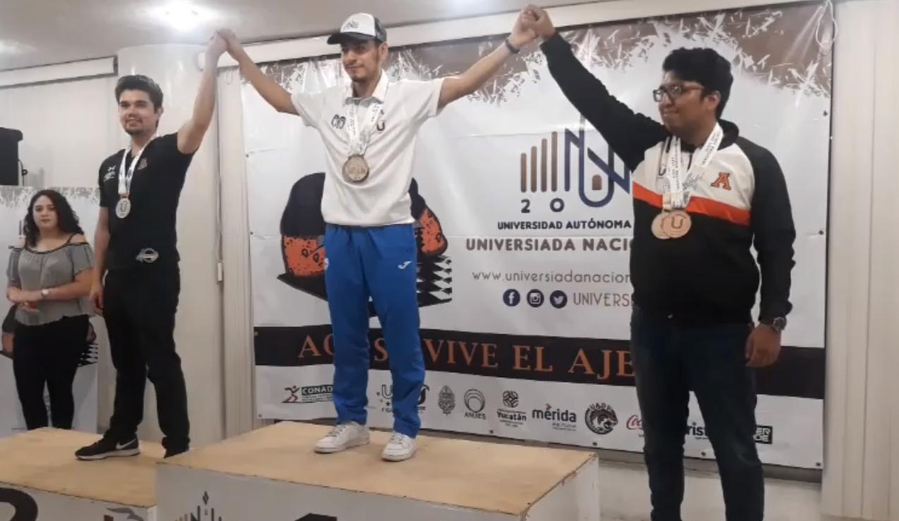 Issac, levantando las medallas que ganó