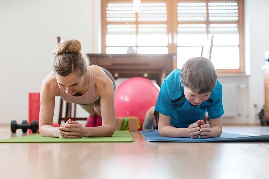 Madre e hijo realizando yoga desde casa