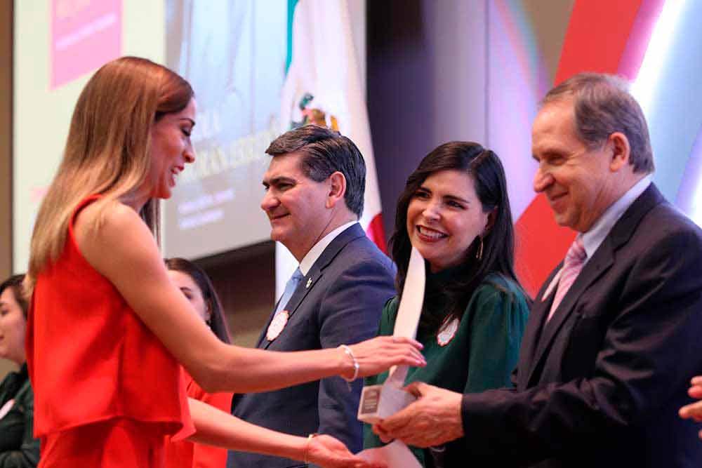 La velocista Paola Morán recibió el Premio Mujer Tec por sus logros deportivos.