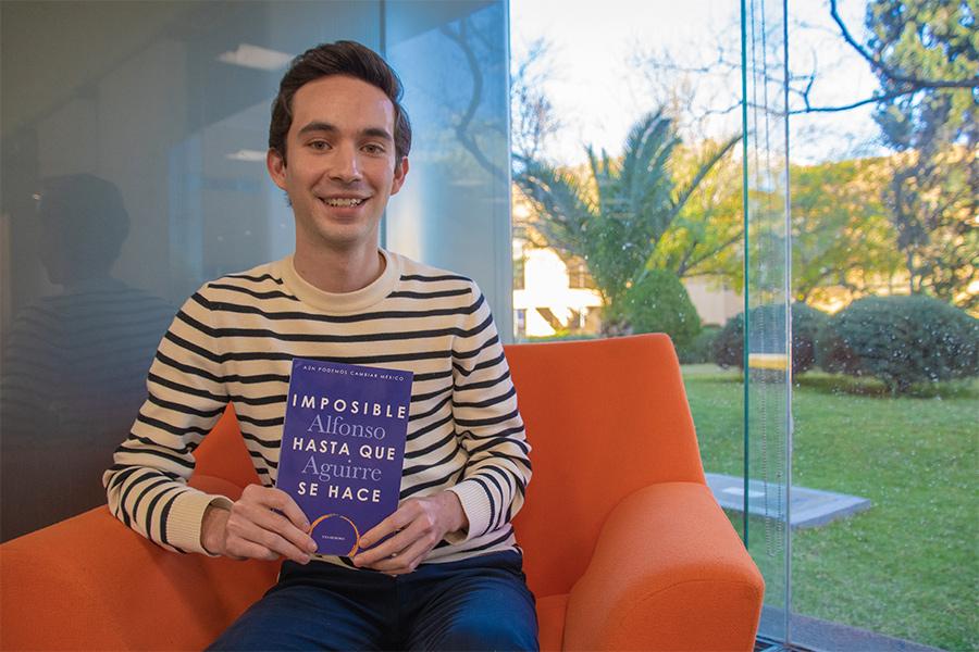 Alfonso Aguirre sosteniendo su libro - @aguirrealfonso - aguirrealfonso