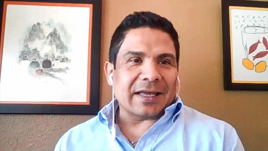 Profesor Gerardo Tobías en videollamada