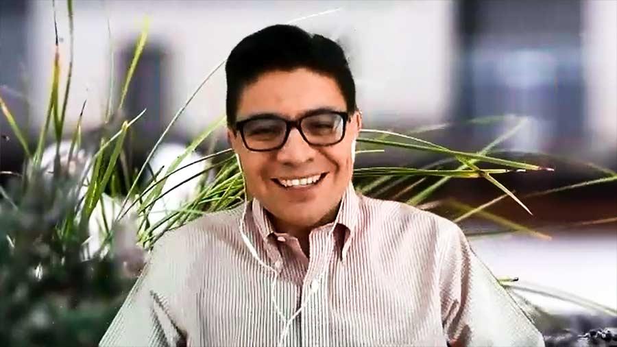 Profesor Sergio Sánchez en videollamada