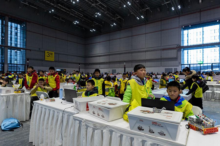 Niños con robot en WER Robotics en China