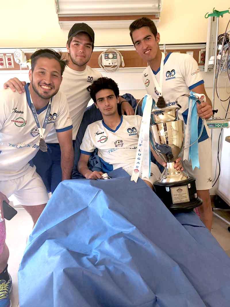 Foto Francisco Treviño y compañeros lo visitan en hospital.