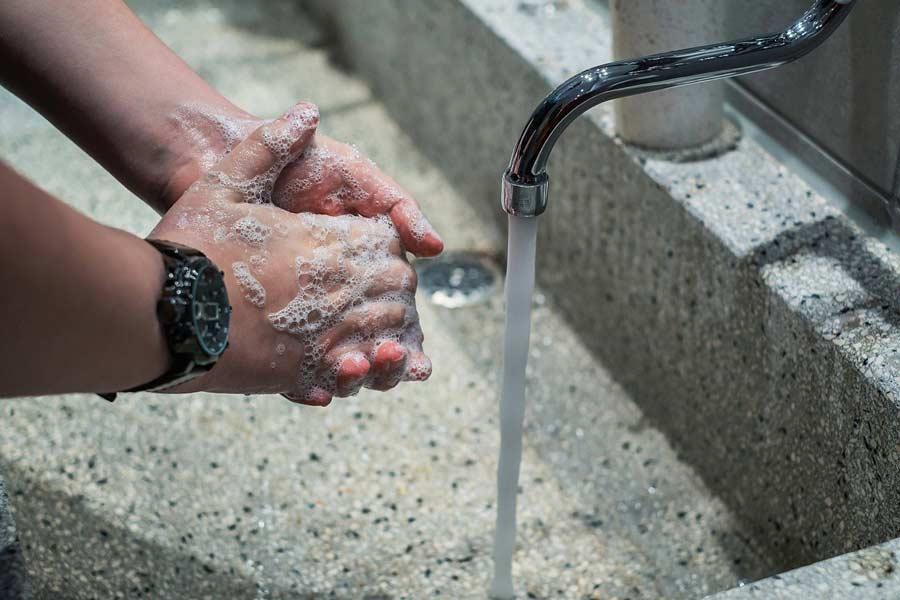 El lavado de manos frecuente es una medida de prevención contra el COVID-19.