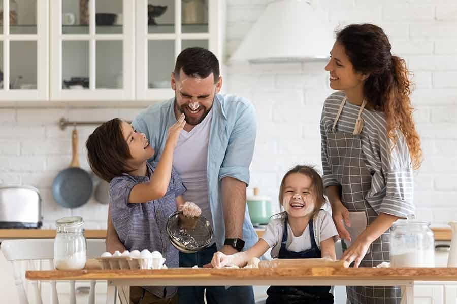 Familia cocinando junta