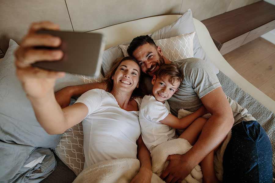 Mamá, papá e hijo tomándose una selfie