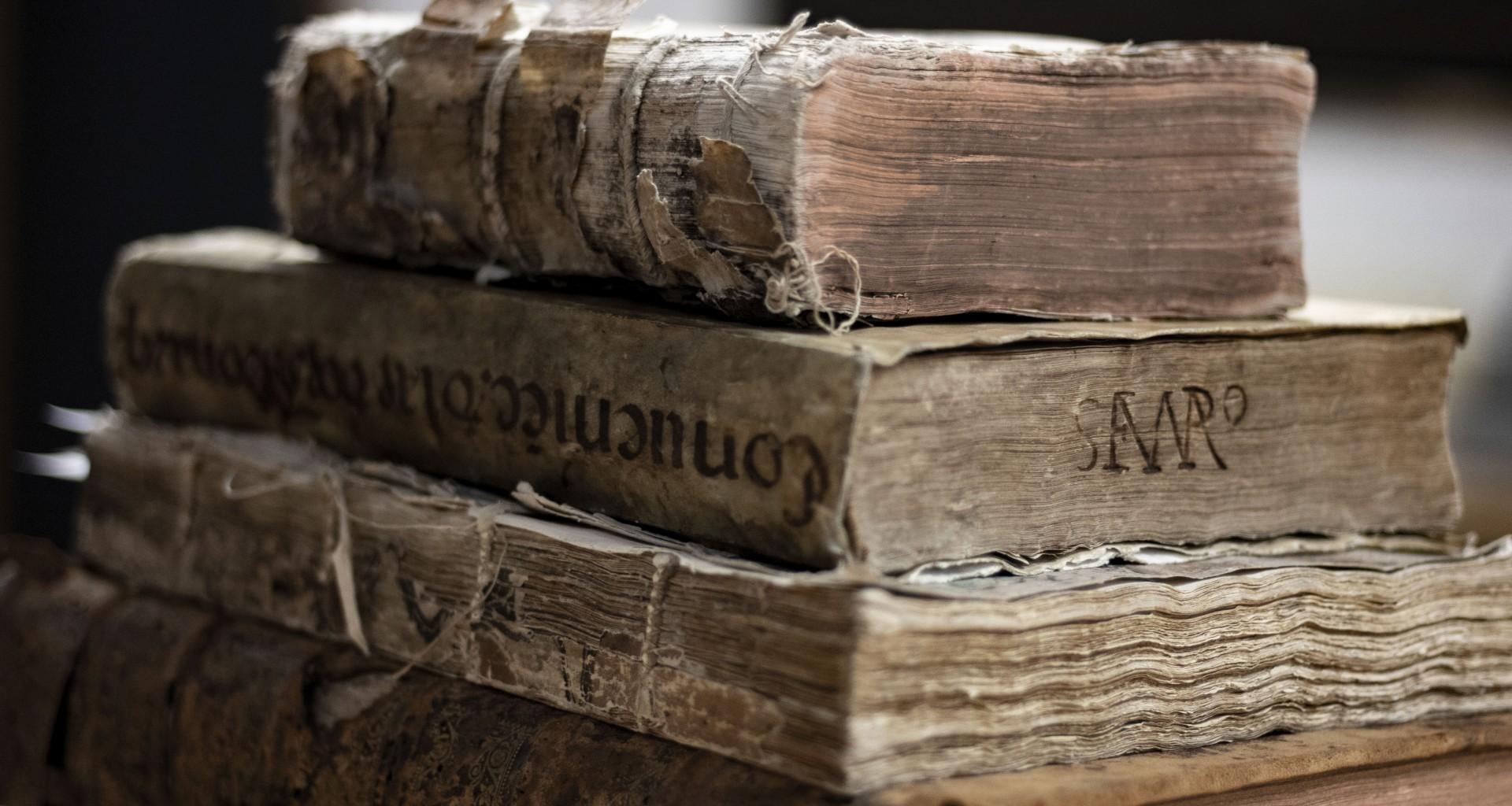 Biblioteca Del Tec Resguarda Amplia Colección De Libros Antiguos