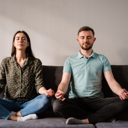 Hombre y mujer practicando mindfulness