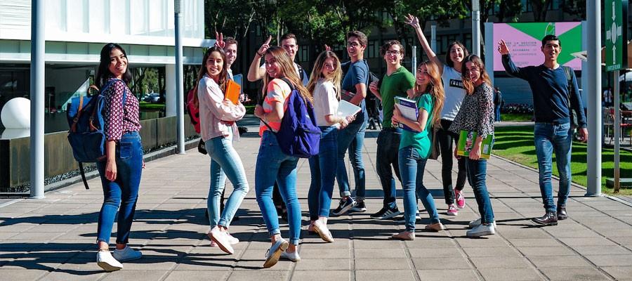 Alumnos en pasillo del campus
